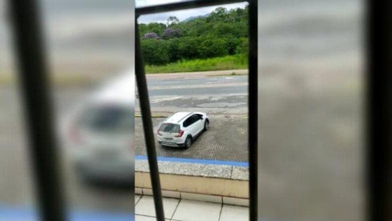 Assaltantes invadem cooperativa de crédito em Blumenau; PM faz cerco aos criminosos