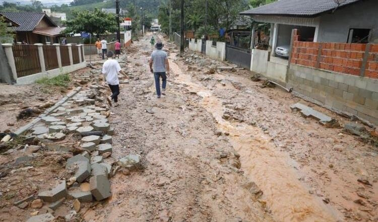 Enxurrada em Guabiruba afeta 2 mil pessoas e prefeitura decreta situação de emergência