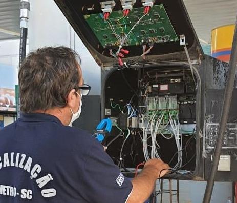 Imetro-SC detecta fraudes e interdita bombas de combustível em Pomerode e Blumenau